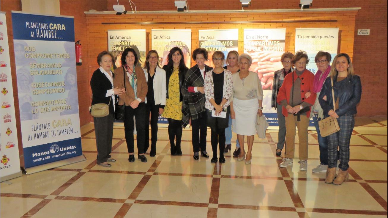 Miembros de Manos Unidas junto a las concejalas Silvia Cebrián y Gemma de la Fuente