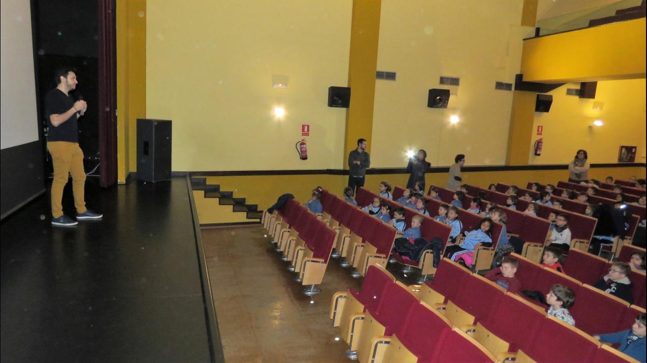 Mario Cervantes se dirige al alumnado de Primaria
