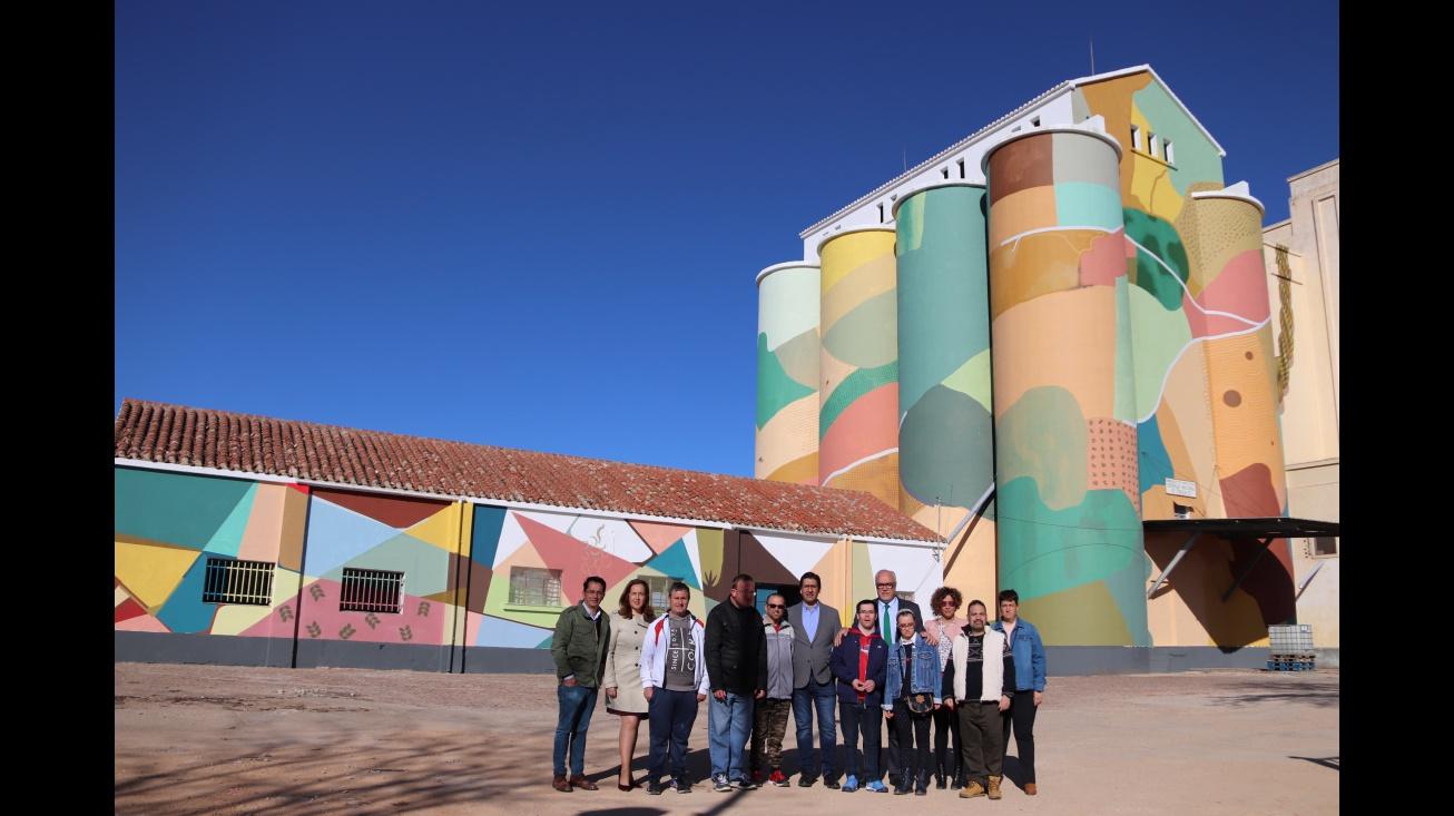 A punto de finalizar el arte urbano de los silos de Manzanares