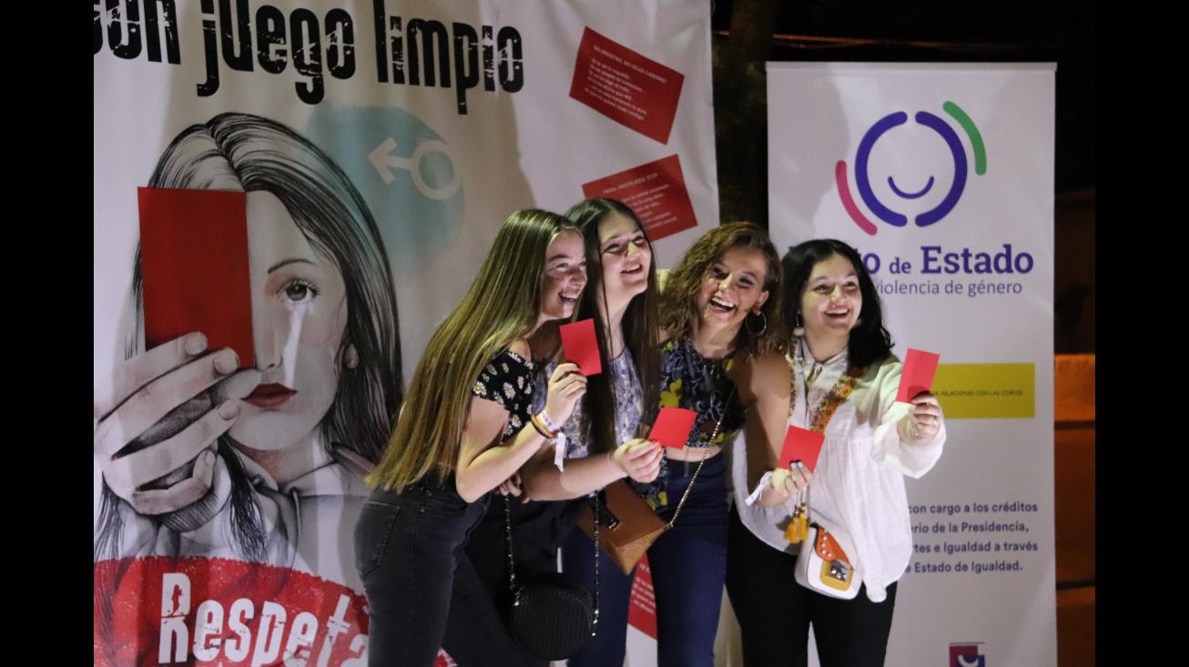Chicas en el photocall de una de las campañas desarrolladas en la zona de botellón