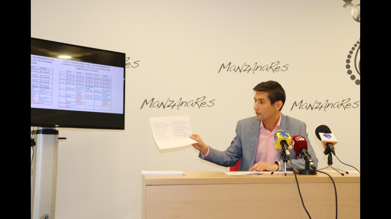 Palacios muestra documentación relativa a subvenciones y horarios de clubes deportivos