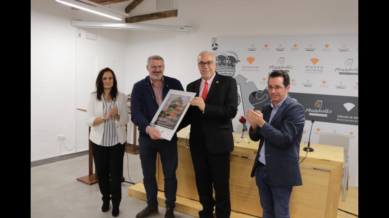 El alcalde entregó el reconocimiento al director de la fábrica Rivulis