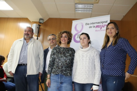 Autoridades y personal del Centro de la Mujer junto a una de las premiadas