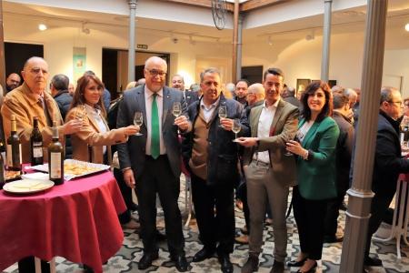 Brindis junto a representantes de las bodegas manzanareñas