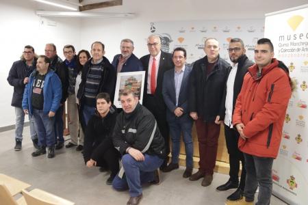 Foto conjunta de usuarios del Centro Ocupacional con los representantes municipales y de Rivulis