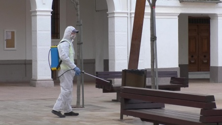 Desinfección de mobiliario urbano en Manzanares
