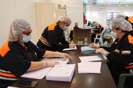 Voluntariado de Protección Civil preparando el reparto de mascarillas