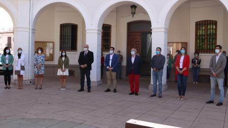 Minuto de silencio en homenaje a las víctimas de la COVID-19 en Manzanares (último día de luto oficial en España)
