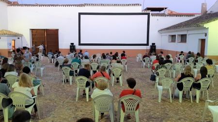 Aspecto del cine de verano antes de una proyección a comienzos de julio