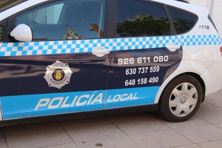 Vehículo policial con teléfonos y números de whatsapp para comunicar incidencias