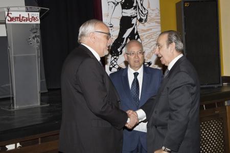 Lozano Valle (a la derecha) es felicitado por el alcalde en presencia de Jerónimo Romero-Nieva con motivo de su proclamación como Sembrador 2018