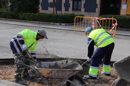 Personal de planes de empleo en obras de mejora de la ciudad