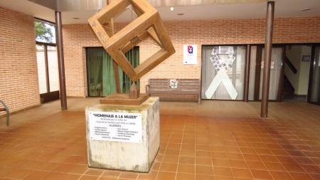 Patio de entrada del Centro de la Mujer