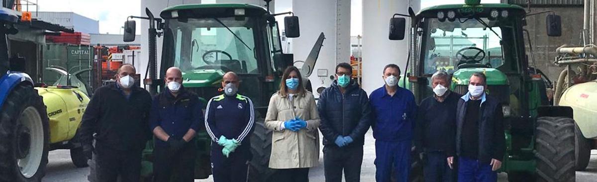 Agricultores encargados de la desinfección de calles con la concejala Isabel Díaz-Benito