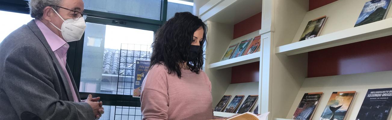Candi Sevilla y Prado Zúñiga en el punto de lectura fácil de la biblioteca