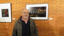 Sebastián Estévez con la obra ganadora del primer premio local