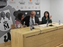 Prado Amores regaló el libro 'Espacios y paisajes del vino en Castilla-La Mancha' a Julián Nieva