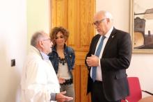 Julián Nieva entrega a Manuel Gómez una placa para Manzanares de Caldas