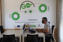 Un emprendedor trabajando en el Vivero de Empresas