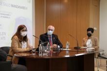 Regina Leal junto a Julián Nieva y a la gerente del hospital de Manzanares