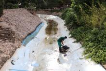 Limpieza de uno de los canales del parque