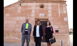 La concejala de Obras y la arquitecta municipal han revisado el estado de la fachada junto al adjudicatario de la obra