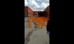 Operativo municipal en el colegio Altagracia para el reparto de alimentos al alumnado con beca de comedor