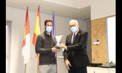 Noel Caba recibe el premio del VIII Concurso Emprende de manos del alcalde de Manzanares