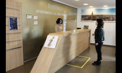 La concejala de Turismo dialoga con la técnica de la Oficina