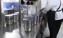 Preparación de los termos con las comidas en el restaurante Saga