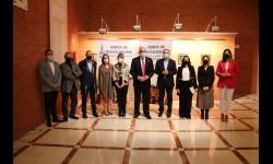 Miembros del equipo de gobierno junto al arquitecto y al párroco