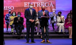 Félix Bellido recoge la placa de Reconocimiento al Mérito Regional al Grupo Miguel Bellido en el Día de CLM 2021
