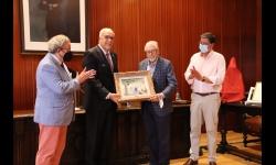Rafael Botí Torres entrega el cuadro de su padre al alcalde de Manzanares