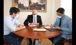 Nieva y Mascaraque firman el convenio ante el concejal de Deportes