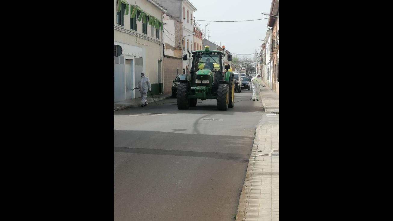 Agricultores de Manzanares han puesto a disposición su maquinaria para estas tareas