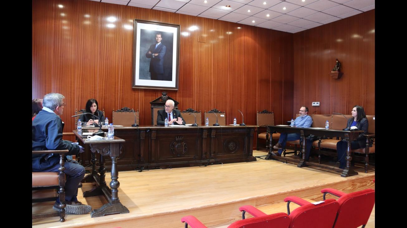 El alcalde y miembros de ACECE estudiaron propuestas para reactivar el sector