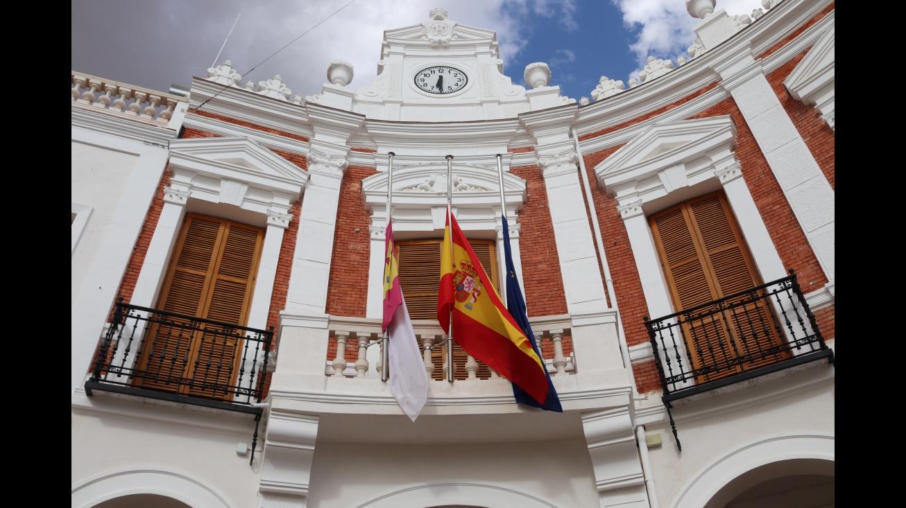Fachada del Ayuntamiento de Manzanares con las banderas a media asta
