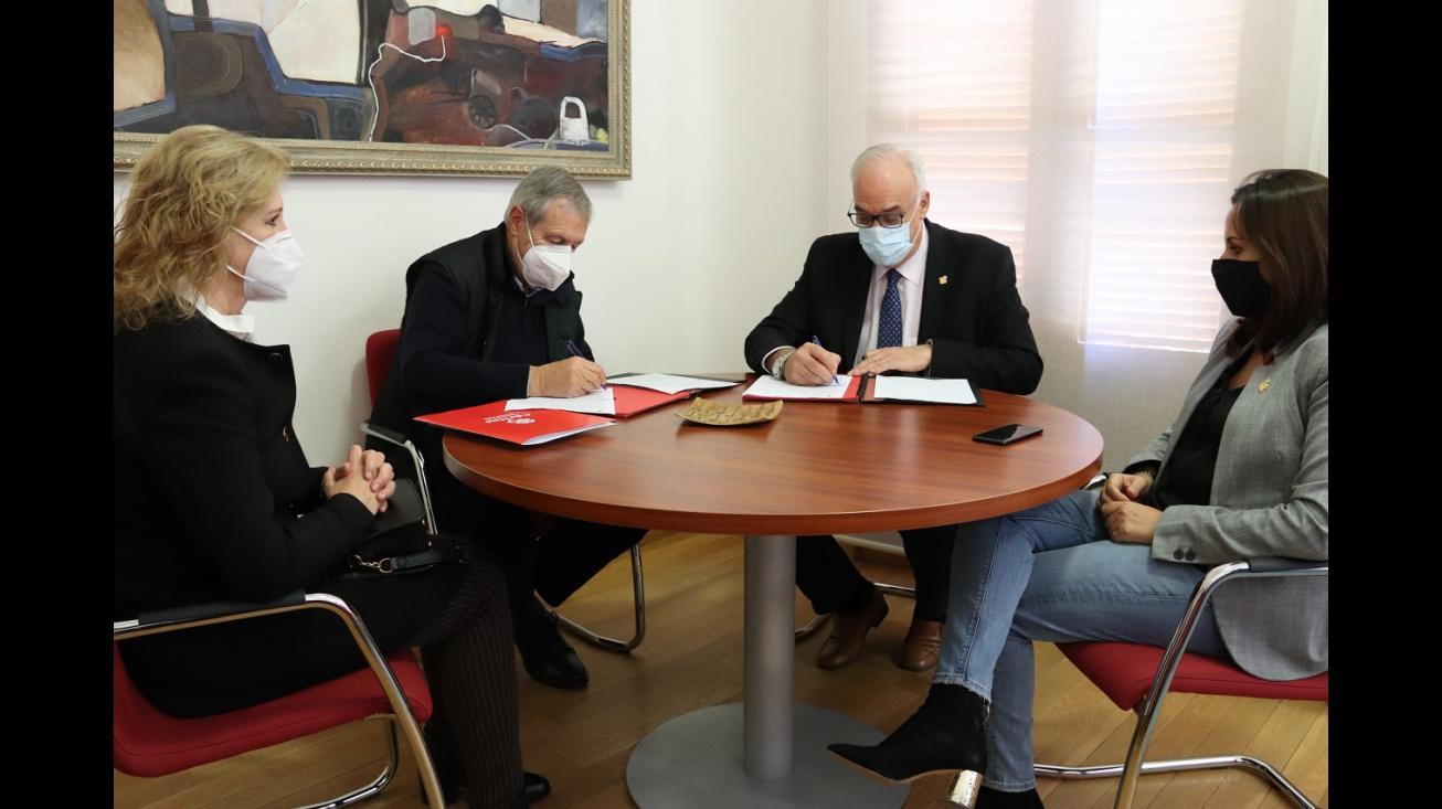 Firma convenio de colaboración 2020 Cáritas Interparroquial de Manzanares-Ayuntamiento de Manzanares