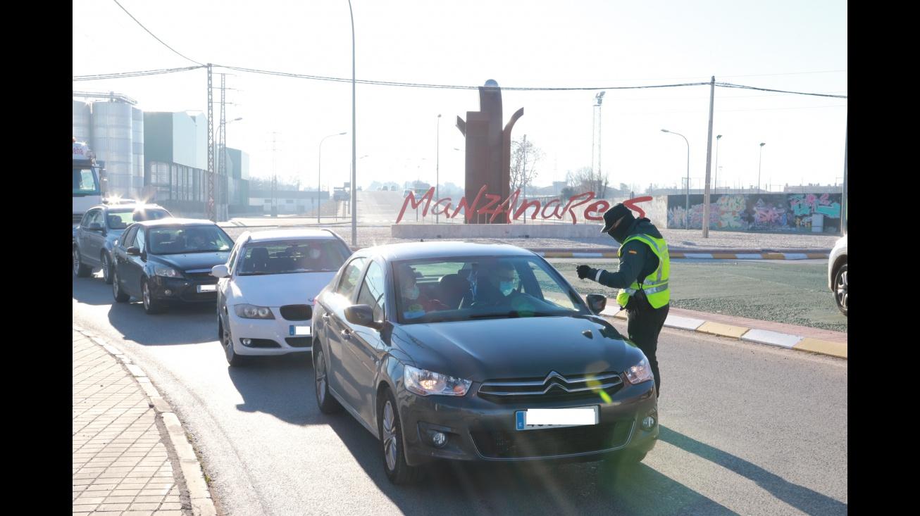 Control de la Guardia Civil a la salida de Manzanares en el Vial del Polígono