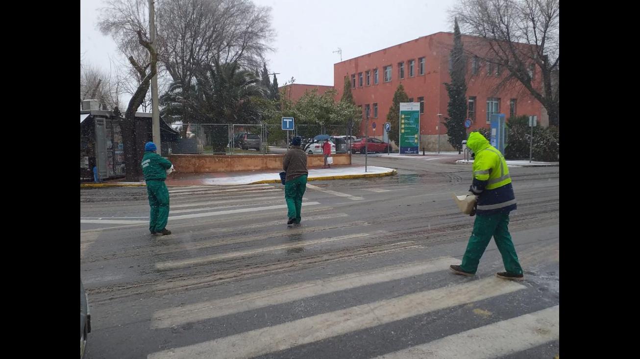 Operarios municipales esparcen sal en los accesos al hospital