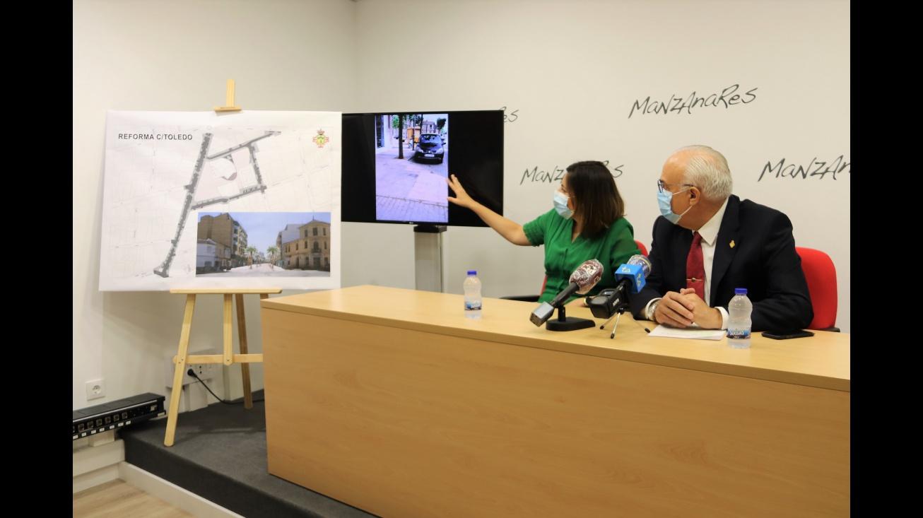 Isabel Díaz Benito explica los detalles de la obra junto a Julián Nieva