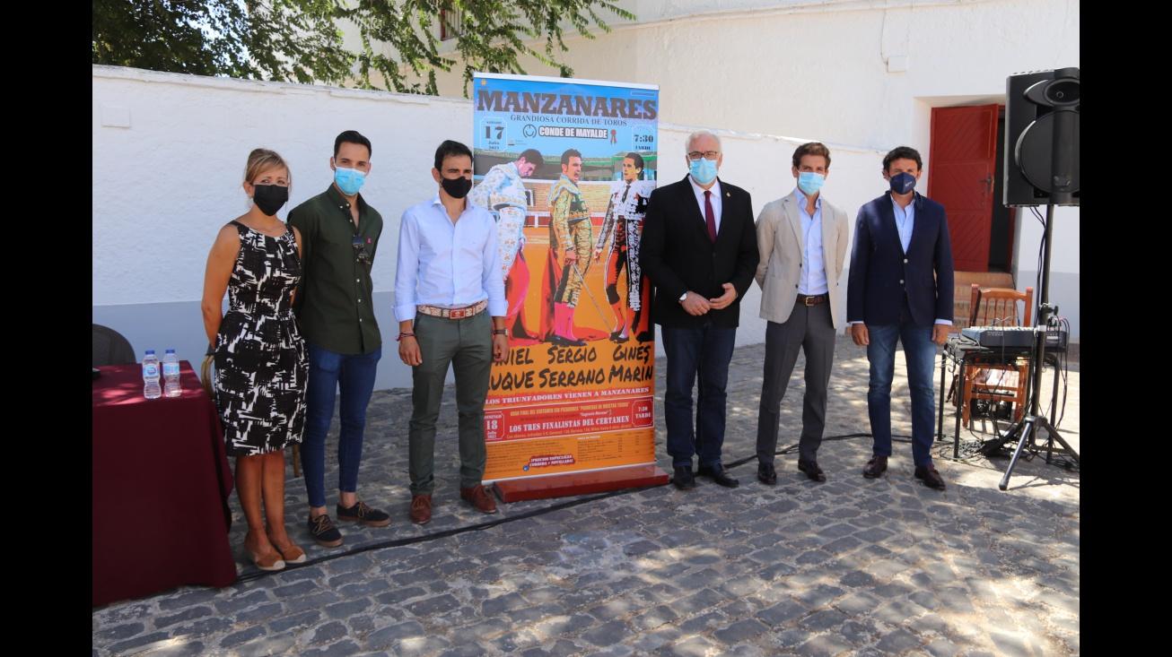 Participantes en la presentación junto al cartel de los festejos