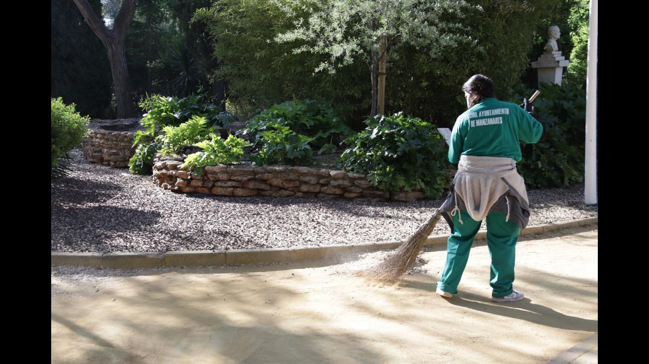 Trabajadora de un plan de empleo desempeñando labores de limpieza en Manzanares