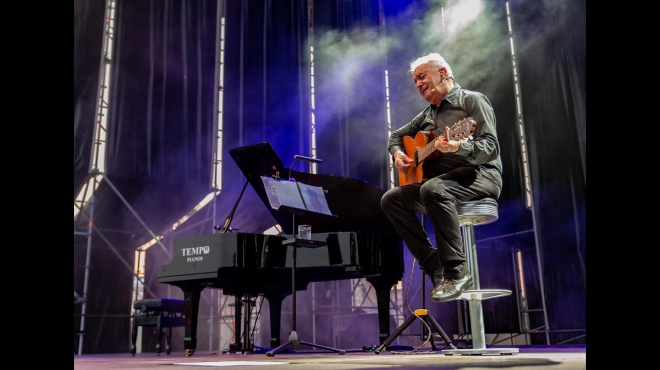 Víctor Manuel en concierto (Fotografía: Página de Facebook de Víctor Manuel)