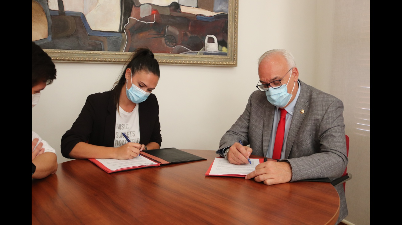 Estefanía Marchán y Julián Nieva durante la firma del convenio