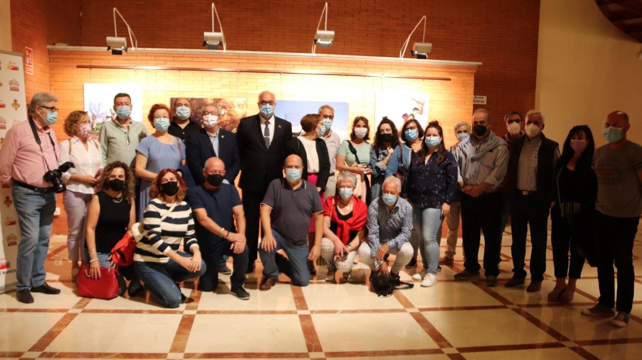 Participantes con el alcalde y el concejal de cultura