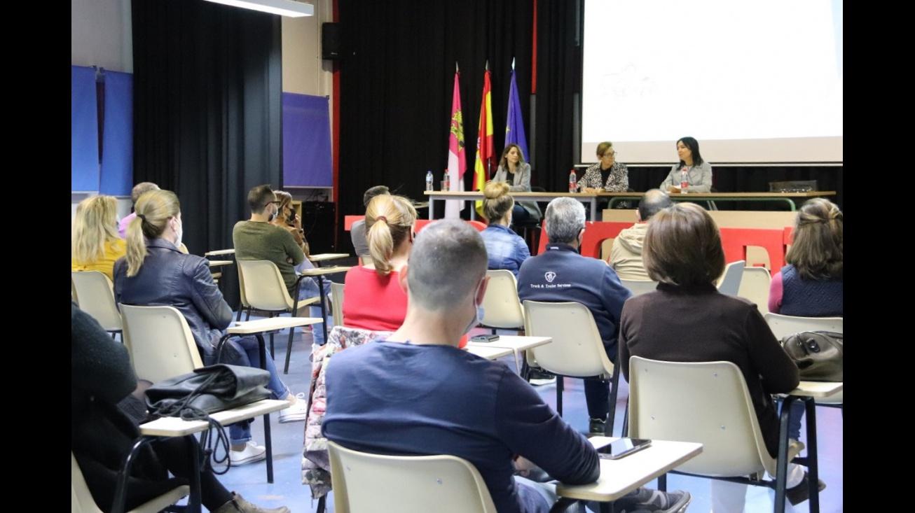 Polo Fernández-Arroyo, Isabel Quintanilla y María Criado. Escuela de familias IES Azuer