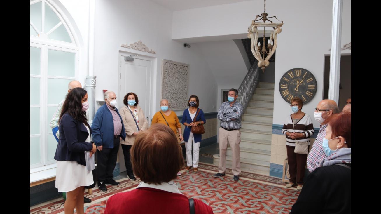 Prado Zúñiga recibe a uno de los grupos en el patio interior del museo